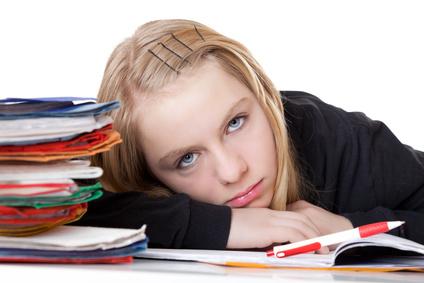 Mädchen Bond bei Hausaufgaben ausgepowert
