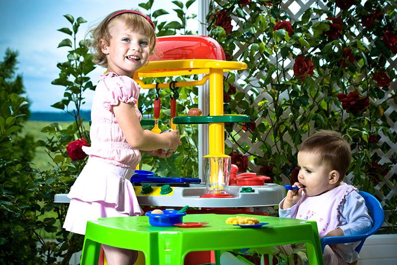 Große und kleine Kinder haben Spaß und Freude mit der neuen Kinderküche.