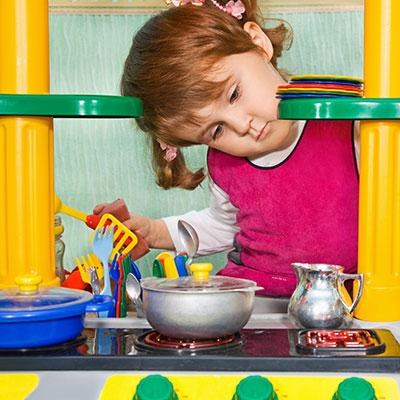 Erst mit Pfannen, Töpfen und Kochlöffeln wird die Kinderküche komplett!