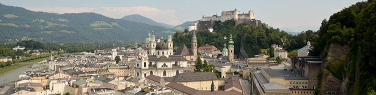 Blick über die Innenstadt von Salzburg (Mönchsberg)