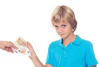 kind-bekommt-geld