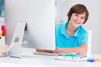 kind-arbeitet-am-computer